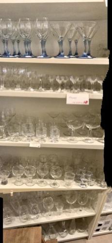 Mange glas i butikken