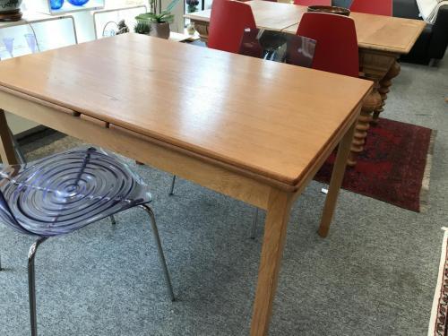 Spisebord af fineret teak, monteret med hollandsk udtræk. Stel af eg, med 'sko' af teak. H. 73, L. 120, B. 80 cm. Total længde, 226 cm.