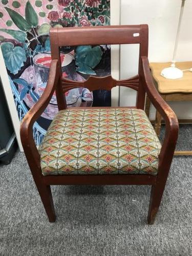 Almue armstol med korstingsbroderet sæde350.-kr