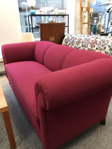 Kirsebærrød sofa i uldFlot standL. 192 cmH. 76 cmD. 93 cmPris: 895.-kr