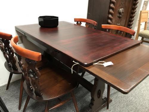 Mørk bejdset bord m. hollandsk udtræk114 cmTillægsplader 31x 2Pris 700.-kr4 stole 500.-kr