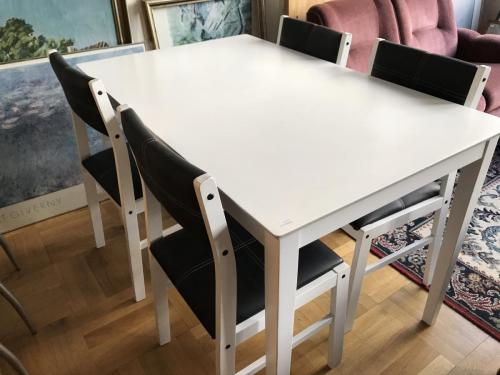 Spisebord og fire stole