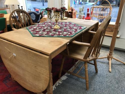 Slagbord i egm 2 runde klapperog indlægspladerialt 250 cm i udslået standPris: 700.-krPatina