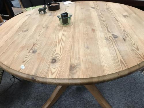 Rundt bord i fyr med to plader700.-kr